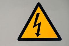 Símbolo de alto voltaje en el gabinete del cableado Fotografía de archivo