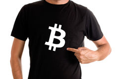 Símbolo de Bitcoin en la camisa Imagen de archivo libre de regalías