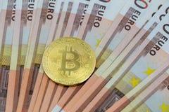Símbolo de Bitcoin encima del dinero euro de 50 billetes de banco foto de archivo libre de regalías