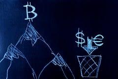 Símbolo de Bitcoin encima de la montaña, del dólar y del euro en el pie de la montaña Un símbolo del crecimiento y de la direcció Fotos de archivo libres de regalías