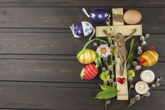 Símbolo de Christian Easter de los huevos Preparación para las celebraciones de Pascua Cruz de madera con Cristo Foto de archivo