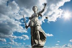 Símbolo de Justitia de justiça na frente do fundo com céu e c fotografia de stock royalty free