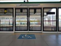 Símbolo de la accesibilidad para los usuarios de silla de ruedas para los pasajeros en la estación de tren del plataform imagen de archivo libre de regalías