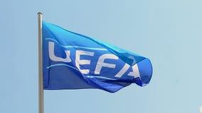 Símbolo de la bandera de la UEFA en el cielo azul, almacen de metraje de vídeo