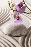 Símbolo de la belleza interna con las orquídeas y el guijarro Fotografía de archivo libre de regalías
