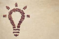Símbolo de la bombilla hecho fuera de los granos de café con el espacio de la copia Foto de archivo libre de regalías