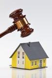 Símbolo de la crisis mundial de las propiedades inmobiliarias Fotografía de archivo libre de regalías
