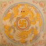 Símbolo de la cruz gamada en la decoración Imagenes de archivo