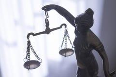 Símbolo de la estatua del metal de la justicia Themis Fotos de archivo