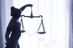 Símbolo de la estatua del metal de la justicia Themis Fotos de archivo libres de regalías