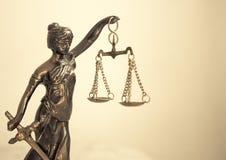 Símbolo de la estatua del metal de la justicia Themis Imagenes de archivo