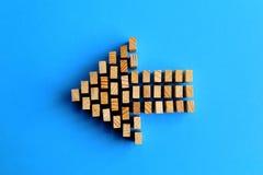 Símbolo de la flecha de los bloques huecos aislado en un azul Imágenes de archivo libres de regalías