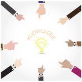 Símbolo de la mano del hombre de negocios con la muestra de la bombilla del garabato, conocimiento c Foto de archivo libre de regalías