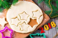 Símbolo de la muestra del Año Nuevo 2018 del fondo de la Navidad, galletas del pan de jengibre, pasta y cortadores de la galleta  Fotos de archivo