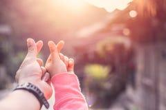 Símbolo de la muestra del corazón de la mano del amante de los pares mini para el concepto del amor junto foto de archivo libre de regalías