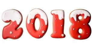 símbolo de la muestra de la Feliz Año Nuevo 2018 de las galletas rojas y blancas del pan de jengibre aisladas en el fondo blanco Fotografía de archivo libre de regalías
