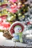Símbolo de la Navidad - muñeco de nieve feliz en un sombrero rojo Foto de archivo libre de regalías