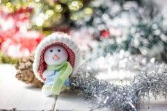 Símbolo de la Navidad - muñeco de nieve feliz en un sombrero rojo Fotos de archivo libres de regalías