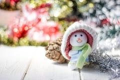 Símbolo de la Navidad - muñeco de nieve feliz en un sombrero rojo Imagen de archivo libre de regalías