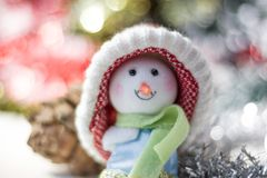 Símbolo de la Navidad - muñeco de nieve feliz en un sombrero rojo Imagen de archivo