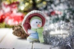 Símbolo de la Navidad - muñeco de nieve feliz en un sombrero rojo Fotografía de archivo