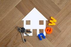 Símbolo de la nueva casa con llaves fotografía de archivo