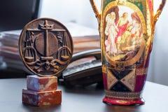 símbolo de la orden con los abogados y la lámpara vieja imágenes de archivo libres de regalías