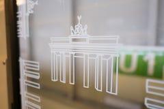 Símbolo de la puerta de Brandenburger Tor Brandenburg en el viento del metro Fotografía de archivo