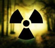 Símbolo de la radiactividad en bosque Fotografía de archivo