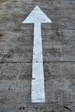 Símbolo de las flechas en fondo de la calle Fotos de archivo libres de regalías