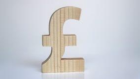 Símbolo de madeira de libra esterlina em um fundo branco Fotos de Stock