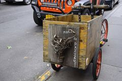 Símbolo de Madre de Pazuzu em uma bicicleta fotos de stock