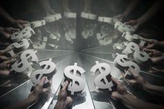 Símbolo de moeda do dólar americano no espelho e coberto no fumo imagem de stock