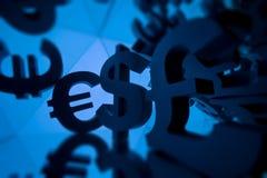 Símbolo de moeda do Euro, da libra e do dólar com muitas imagens espelhando fotos de stock royalty free