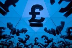 Símbolo de moneda británico con muchas imágenes que duplican de sí mismo imagenes de archivo