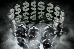 Símbolo de moneda del dólar americano en el espejo y cubierto en humo imagenes de archivo