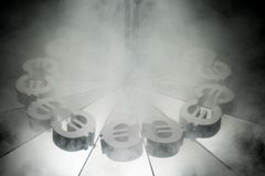 Símbolo de moneda euro europeo en el espejo y cubierto en humo imagen de archivo