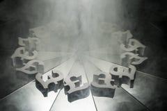 Símbolo de moneda de la libra británica en el espejo y cubierto en humo imagen de archivo
