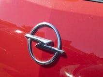 Símbolo de Opel en un coche rojo Fotografía de archivo libre de regalías