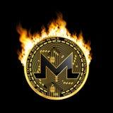 Símbolo de oro del bitcoin Crypto de la moneda en el fuego Fotos de archivo libres de regalías