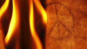 Símbolo de paz adentro en el viejo fuego ardiente de papel