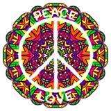 Símbolo de paz del hippie Paz y amor en fondo colorido adornado de la mandala Foto de archivo