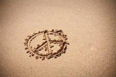Símbolo de paz en la playa de la arena Fotos de archivo libres de regalías