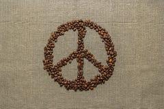 Símbolo de paz hecho de los granos de café Imagen de archivo