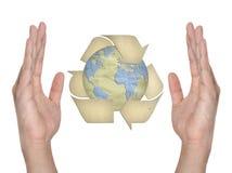 Símbolo de reciclaje de papel en la mano Foto de archivo