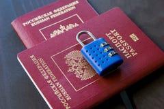 Símbolo de sanções do anti-russo Dois passaportes do russo fechados para padlock imagens de stock