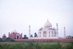Símbolo de Taj Mahal da religião do hinduism Foto não tradicional de Taj Mahal Manhã azul Adultos novos Conceito da viagem e fotografia de stock