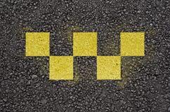 Símbolo de verificações do táxi no asfalto foto de stock royalty free