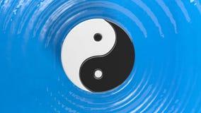 Símbolo de Yin y de Yang en el agua azul Imagen de archivo