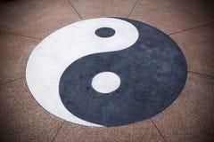 Símbolo de Yin yang en fondo concreto Fondo de la textura de Yin yang imagenes de archivo